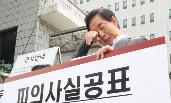 '딸 부정채용' 혐의로 기소된 김성태 자유한국당 의원이 1인 시위 도중 눈물을  훔치고 있다. / 사진 뉴시스
