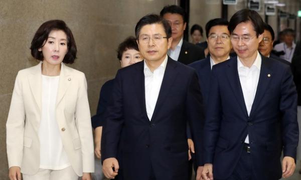 25일 자유한국당 최고위원회의 참석하는 황교안 대표(가운데)와 나경원 원내대표(왼쪽) / 사진 뉴시스
