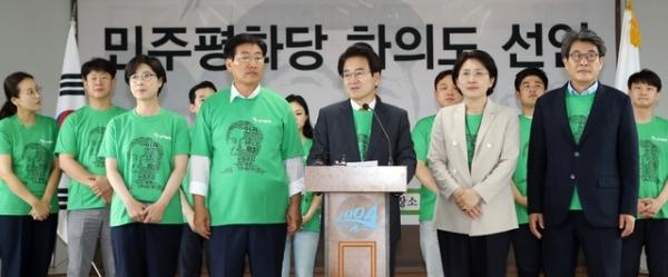 25일 전남 신안군 하의도 고 김대중 전 대통령 고향을 찾은 민주평화당 정동영 대표가 '하의도 선언'을 하고 있다. / 사진 = 민주평화당 제공