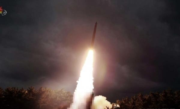 김정은 국무위원장의 지도 하에 북한이 지난달 31일 신형 대구경조종방사포 시험사격을 했다고 조선중앙TV가 1일 보도하고 있다. / 사진 = 조선중앙TV 캡쳐