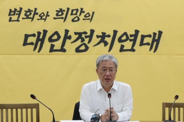 8일 서울 여의도 국회에서 열린 민주평화당 대안정치연대 회의에서 유성엽 원내대표가 모두발언하고 있다. / 사진 = 뉴시스