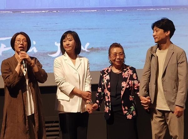 영화 시사회에서 제작진과 출연진이다. 좌로부터 정다운 감독, 유이화 이사장, 좌옥화씨, 김종신 프로듀서이다.