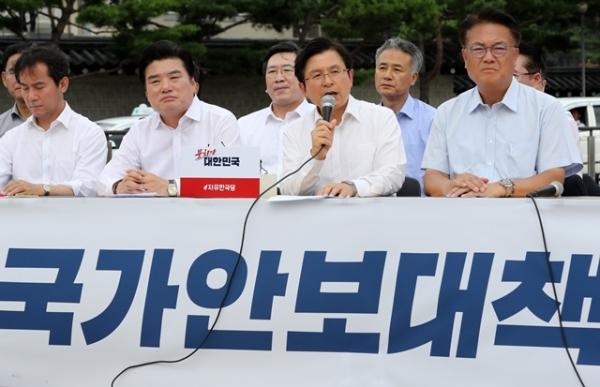 황교안 자유한국당 대표를 비롯한 의원들이 16일 오후 서울 종로구 청와대 사랑채 앞에서 긴급국가안보대책 기자회견을 하고 있다. / 사진 = 뉴시스