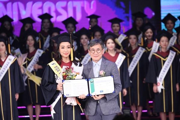 환경포럼상을 받은 장윤정양과 김철관 한국인터넷기자협회장이다.