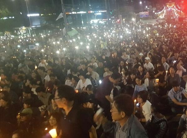 28일 저녁 서울 서초동 대검창청 앞에서 200만 촛불시민들이 모여 '검찰개혁'을 촉구했다.