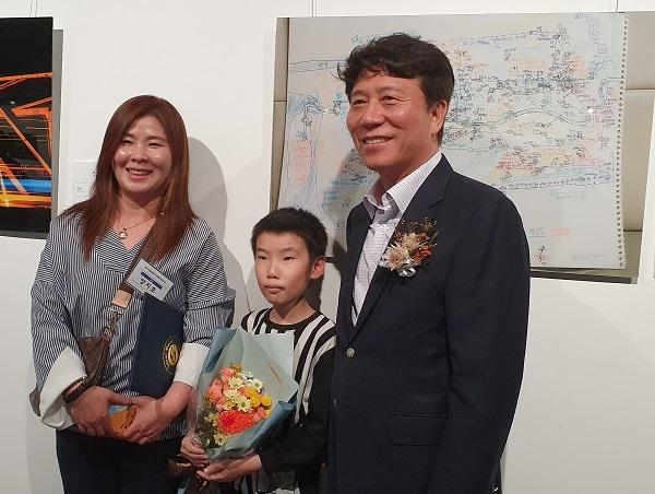 입상한 양지호 군의 어머니와 김태호 서울교통공사 사장이다.