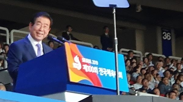 환영사 도중 박수가 터져 나오자, 잠시 미소를 짓고 있는 박원순 서울시장이다.