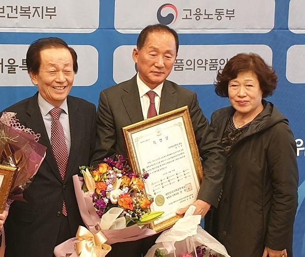 이기우 인천재능대 총장(중)