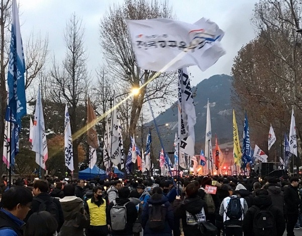2019년 전국민중대회 참가자들이 청와대 앞에서 횃불시위를 하고 있다.
