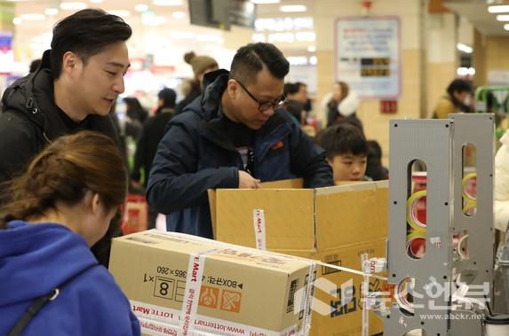 한 대형마트 자율포장대에서 소비자들이 박스포장을 하고 있다. Ⓒ뉴시스