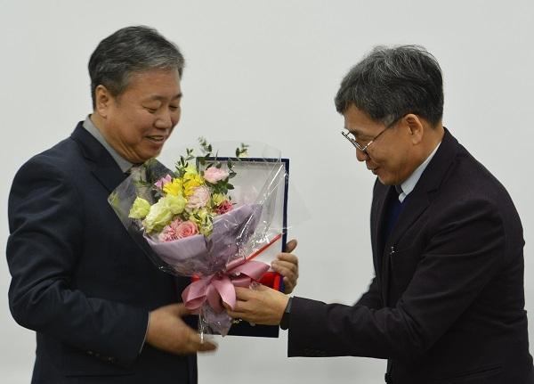정규성 기자협회장이 2일 오후 언론재단 회의실에서 김철관 인터넷기자협회장으로부터 특별감사패와 축하 꽃다발을 받고 있다.