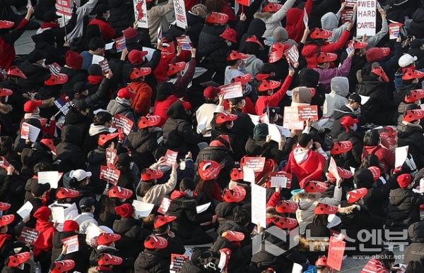 여성들이 불법 몰래카메라 촬영 규탄 집회를 하고 있다.Ⓒ뉴시스