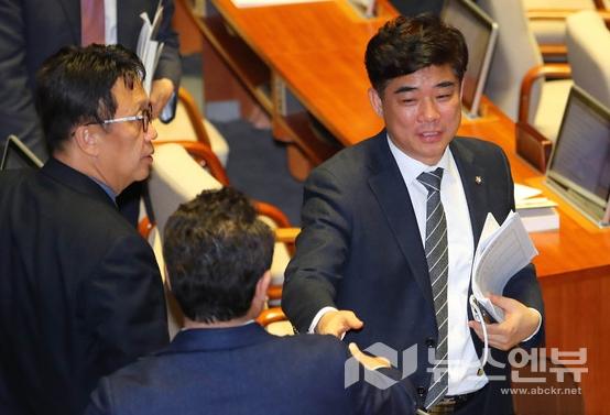 김병욱 더불어민주당 의원이 9일 서울 여의도 국회에서 열린 제374회 국회(임시회) 제2차 본회의에서 데이터 3법 통과에 동료 의원들의 축하를 받고 있다.Ⓒ뉴시스