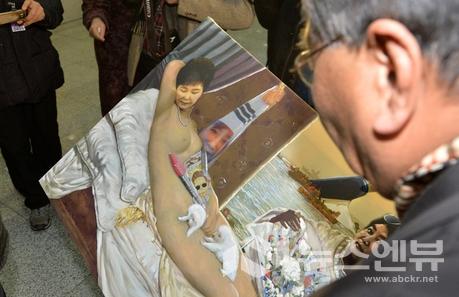 2017년 1월24일 국회 의원회관 1층 로비에서 열린 '곧, 바이! 展'에 전시된 이구영 화가의'더러운 잠'을 박근혜 대통령 지지자가 철거하고 있다.Ⓒ뉴시스