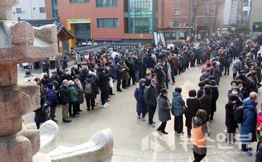 지난 해 동지 서울 종로구 조계사에서 신도들이 팥죽 나눔 행사에 참여하고 있다.Ⓒ뉴시스