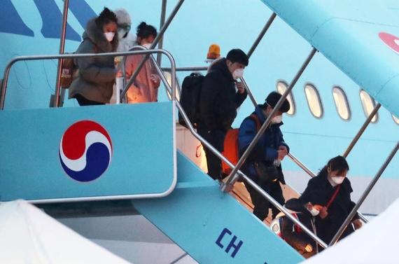 12일 오전 중국 후베이성 우한 지역에 체류했던 교민과 중국인 가족들이 서울 강서구 김포국제공항에 도착해 3차 전세기에서 내리고 있다.Ⓒ뉴시스