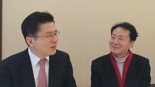 황교안 대표와 임해규 자유한국당 경기 부천 원미(을) 국회의원 예비후보가 대화를 나누고 있다.