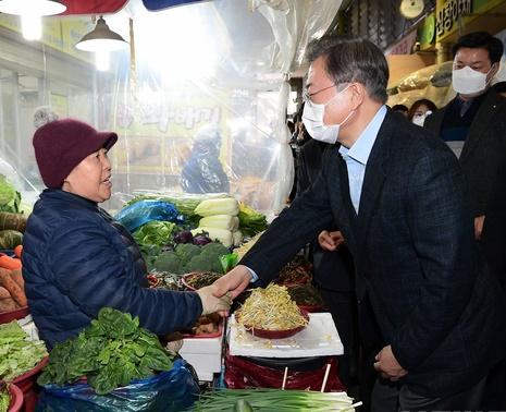 지난 9일 문재인 대통령이 충남 아산시 온양온천 전통시장을 방문해 상인들과 대화하고 있다.ⓒ뉴시스