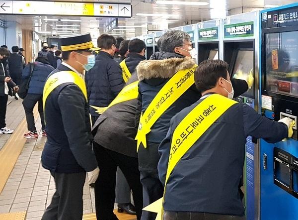서울교통공사 노사가 12일 오전 서울역에서 신종코로나 방지를 위해 시설물 소독을 하고 있다.