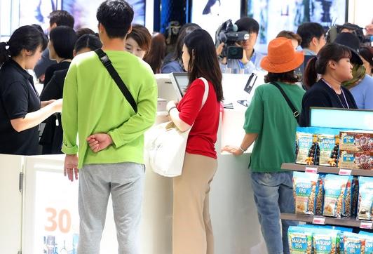 인천국제공항 입국장면세점에서 관광객들이 제품을 고르고 있다.Ⓒ뉴시스