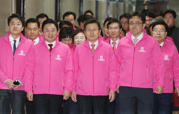 17일, 미래통합당 최고위원들이 서울 여의도 국회에서 최고위원회의에 참석하러 가고 있다.Ⓒ뉴시스
