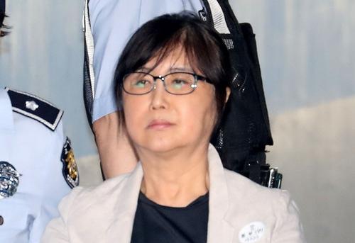 '국정농단 사건' 최순실씨가 서울중앙지방법원으로 들어서고 있다.Ⓒ뉴시스