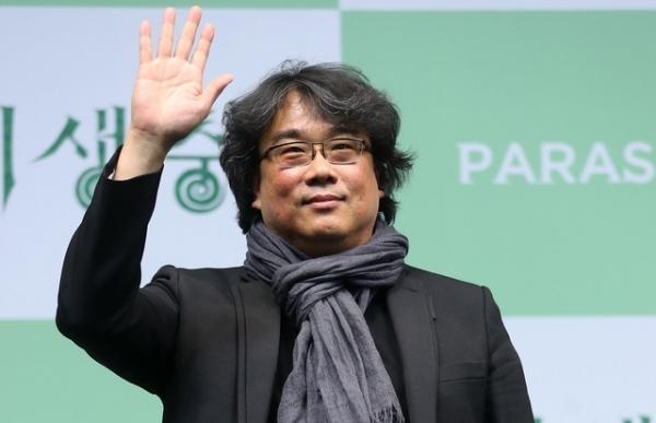 봉준호 감독이 19일 서울 중구 웨스틴조선호텔에서 열린 영화 '기생충' 기자회견에서 포즈를 취하고 있다.Ⓒ뉴시스