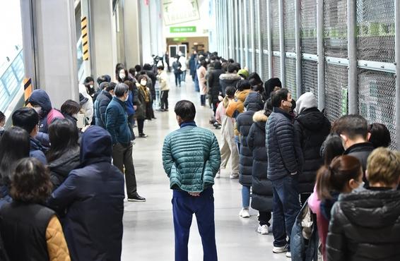 '코로나19' 확산으로 마스크를 구입하려는 시민들이 길게 줄 서 있다.Ⓒ뉴시스