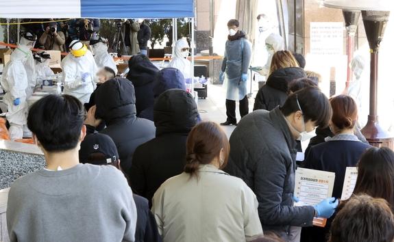 11일 서울 구로구 코리아빌딩에 설치된 선별진료소에서 콜센터 직원과 입주민이 줄지어 검체 검사를 받고 있다.Ⓒ뉴시스