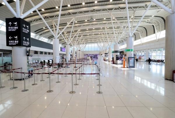 제주국제공항 국제선 운항이 중단돼 청사가 한산한 모습을 보이고 있다. ⓒ뉴시스