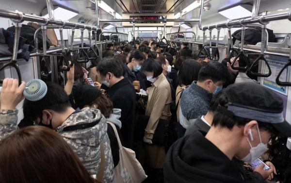 서울 시내로 향하는 출근길 지하철이 마스크를 쓴 시민들로 가득 차 있다. ⓒ뉴시스