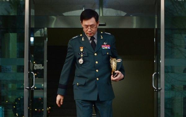 연제욱 전 사이버사령관이 지난 2014년 12월30일 오후 서울 국방부 고등군사법원에서 정치관여 등에 대한 선고공판을 받은 뒤 건물을 나서고 있다. ⓒ뉴시스