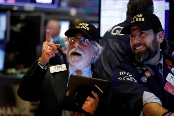 미국 뉴욕의 증권거래소에서 트레이더들이 '다우 29000' 모자를 쓰고 일하고 있다. ⓒ뉴시스/AP