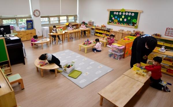 30일 오전 광주 서구 광천초등학교 유치원 돌봄교실에서 어린이들이 서로 떨어져 장난감을 가지고 놀고있다. ⓒ뉴시스