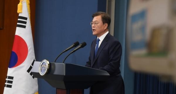 문재인 대통령이 10일 청와대 춘추관 대브리핑실에서 대통령 취임 3주년 특별연설을 하고 있다.