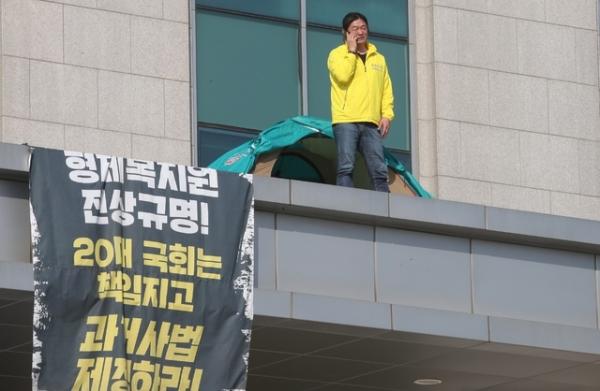 형제복지원 피해자인 최승우씨가 지난 6일 서울 여의도 국회의원회관 현관 캐노피에 올라가 형제복지원 사건 등에 대한 과거사법 개정안 통과를 요구하며 이틀째 시위를 하고 있다. / 사진 = 뉴시스