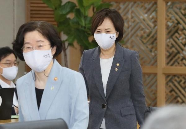 마스크를 착용한 이의경 식품의약품안전처장이 2일 오전 정부세종청사에서 열린 국무회의에 참석하고 있다.Ⓒ뉴시스