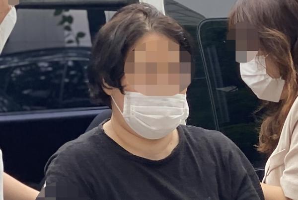 지하철에서 마스크 착용 요구에 난동 피우며 운행을 지연시킨 혐의를 받고 있는 40대 여성이 25일 오전 서울 양천구 서울남부지방법원에서 구속 전 피의자 심문(영장실질심사)를 받기 위해 법정으로 들어서고 있다.Ⓒ뉴시스