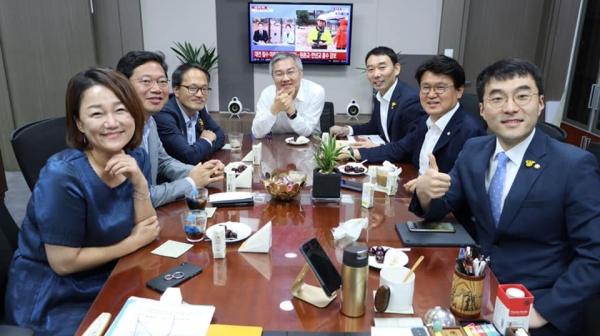 열린민주당 최강욱 대표가 30일 자신의 페이스북에 올린 민주당 박주민·이재정·황운하·김용민·김승원·김남국 의원 등과 함께 찍은 사진. (사진=최강욱 의원 페이스북)