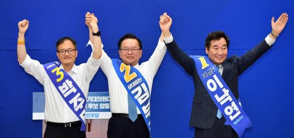 더불어민주당 대표 선거에 출마한 후보들이 1일 오후 부산 해운대구 벡스코 제2전시장에서 열린 합동연설회에 참석해 손을 들어 인사하고 있다. 왼쪽부터 박주민·김부겸·이낙연 후보.